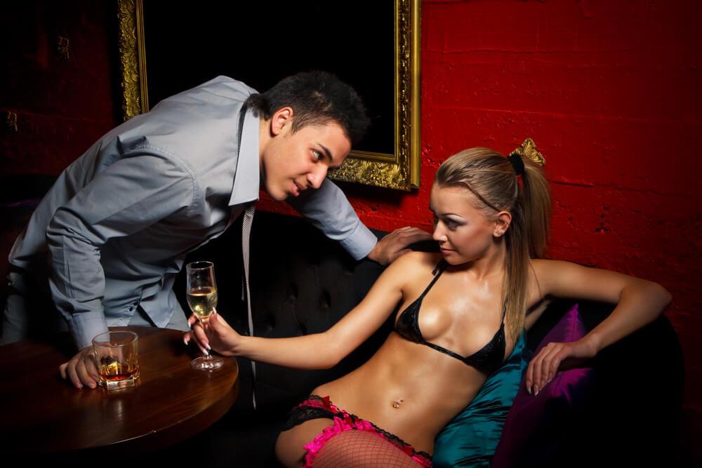 измена в ночном клубе распахнула халатик